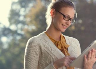 vrouw met bril kijkt naar tablet
