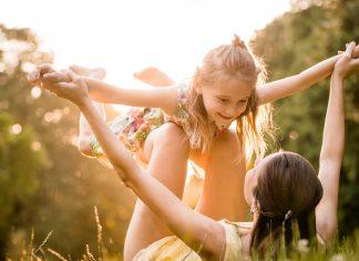 Moeder en dochter hebben plezier in het park