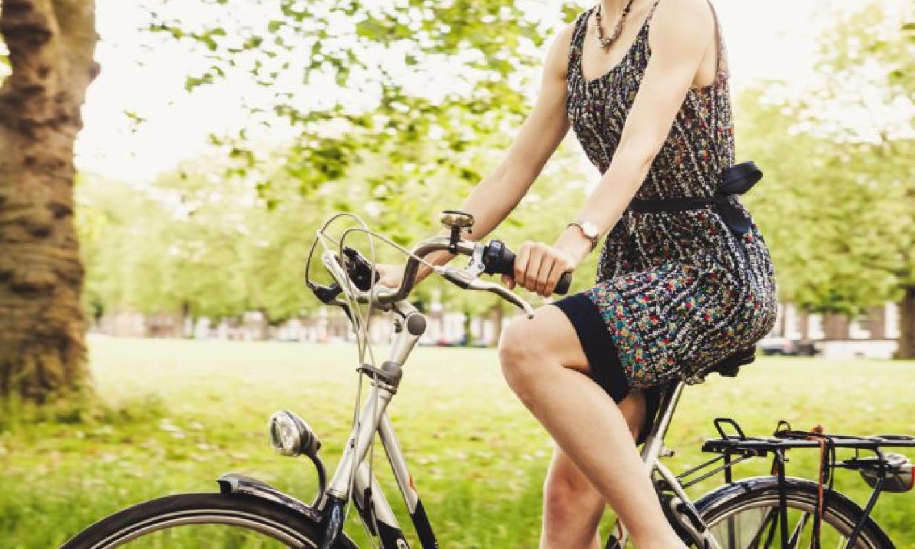 Vrouw op de fiets in de zomer