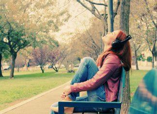 Vrouw met koptelefoon in het park