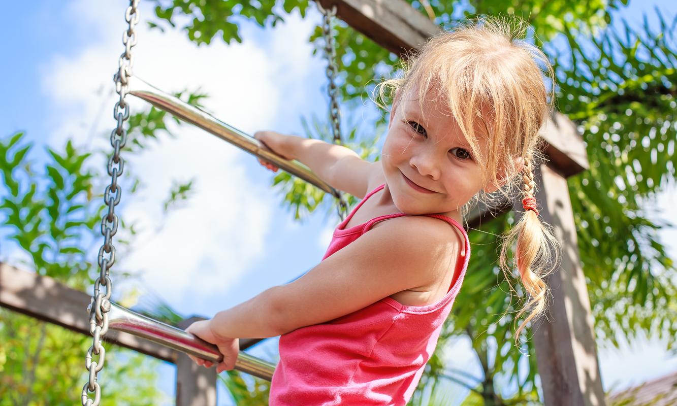 Meisje op klimrek
