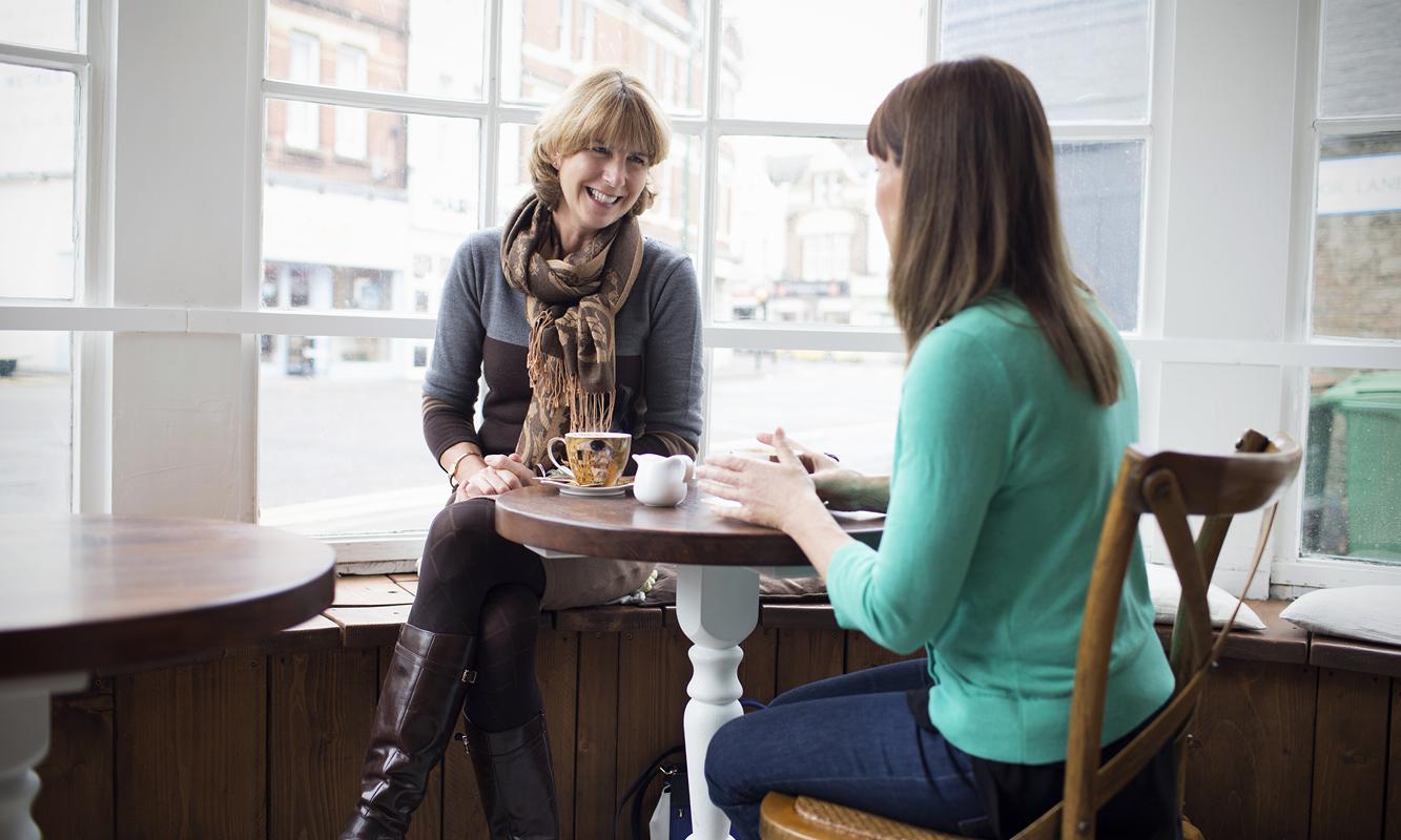 Twee vrouwen in een koffiehuisje