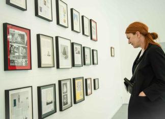 Vrouw kijkt naar kunst