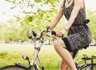 dame op de fiets in het park