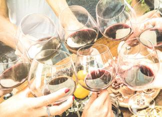 glazen rode wijn op zonovergoten terras