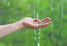 hand met regendruppels