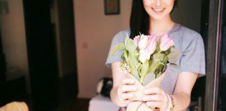 moeder ontvangt boeket bloemen voor moederdag