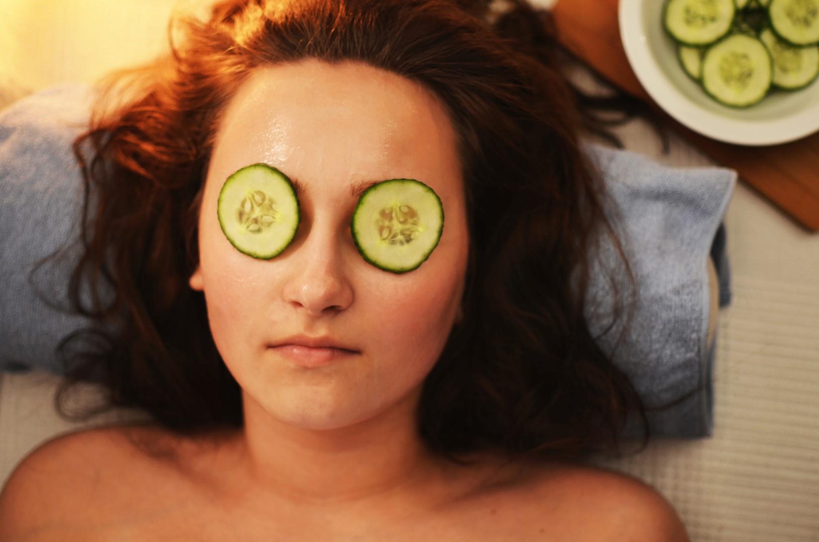 Vrouw tijdens wellness met gezichtsmasker