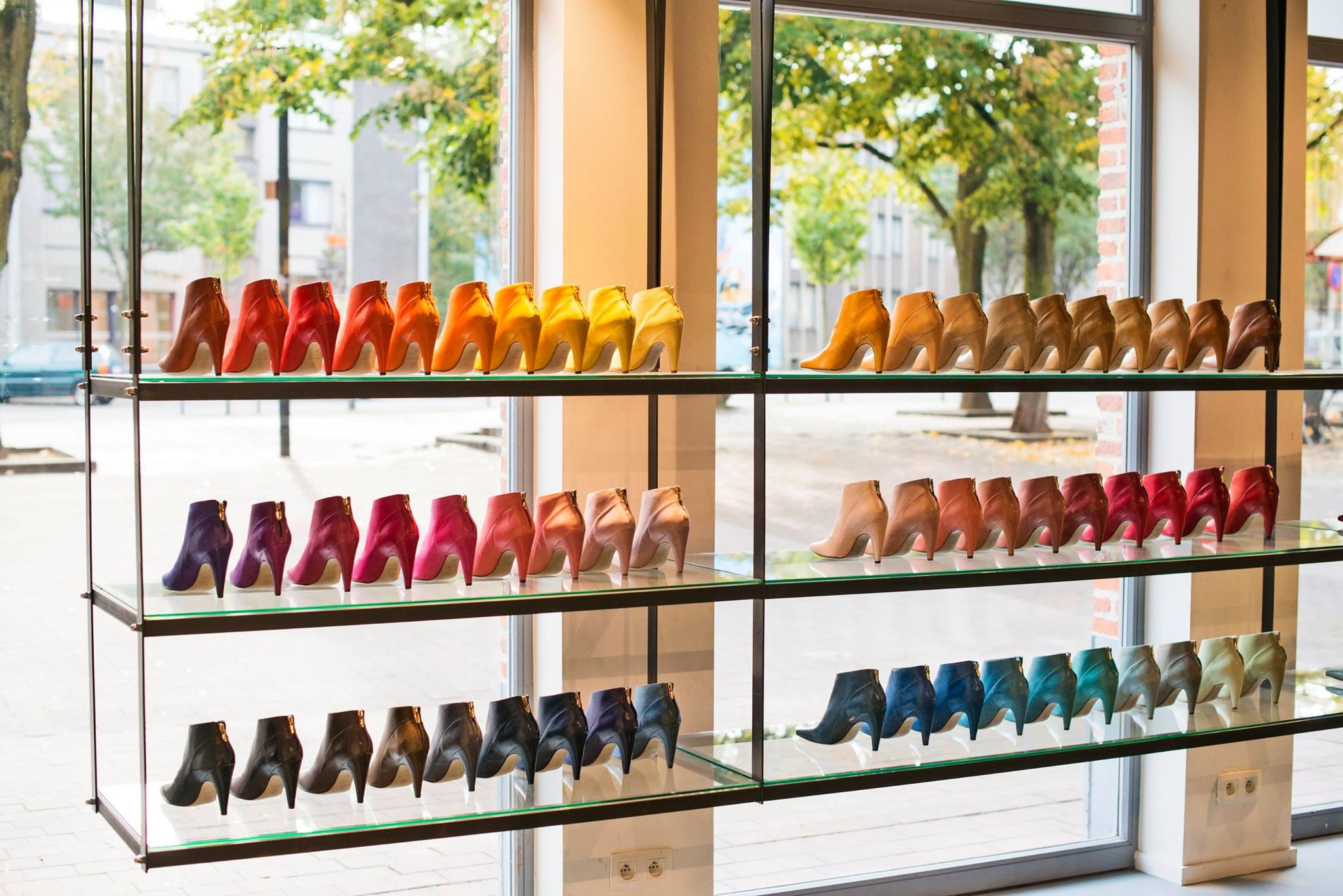 Kleurrijke etalage van schoenenwinkel Noë in de Kloosterstraat