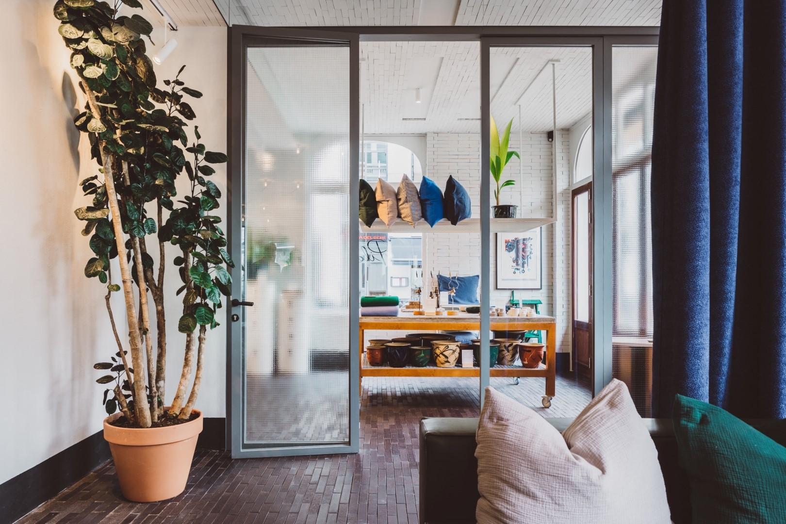 De shop in Hotel Pilar met designmeubels en kunstobjecten in Antwerpen Zuid